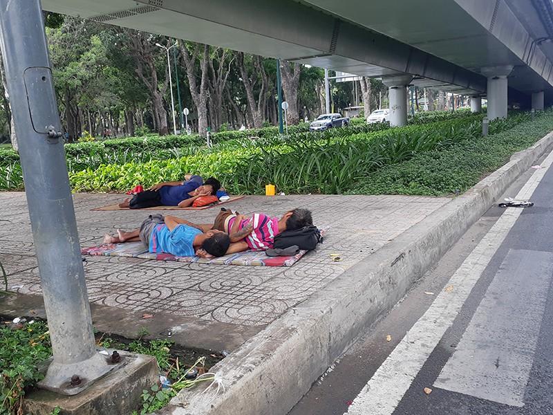 Đưa người ăn, ngủ dưới chân cầu vào cơ sở bảo trợ - ảnh 1