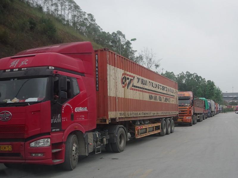 Cửa khẩu biên giới lại ùn ứ vì Trung Quốc siết chặt - ảnh 1