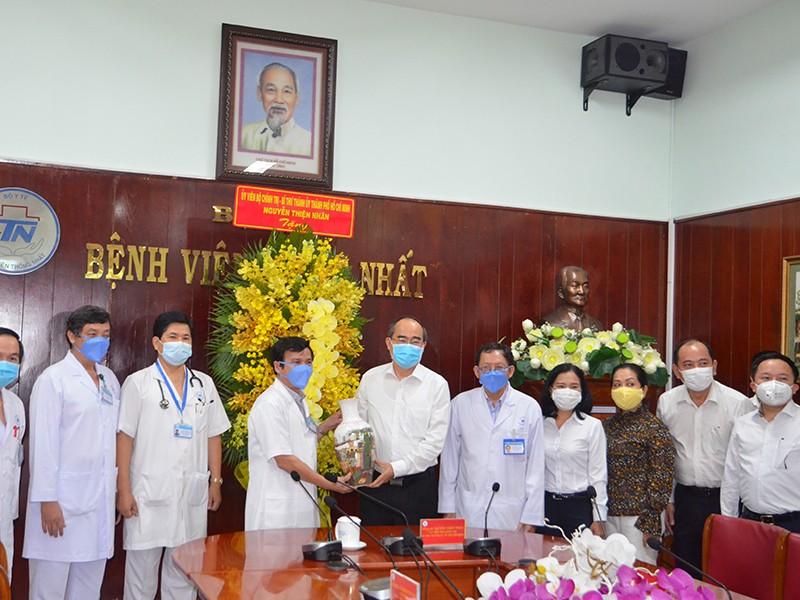 Bí thư Nguyễn Thiện Nhân thăm y bác sĩ Bệnh viện Thống Nhất - ảnh 1