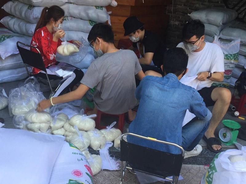 30 tấn gạo, 42.000 quả trứng của một nhóm thiện nguyện - ảnh 1