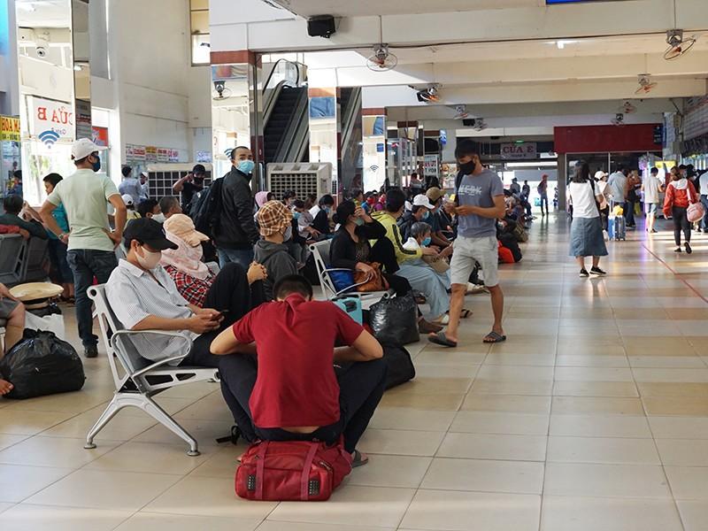 Ga tàu, sân bay, bến xe nhộn nhịp hành khách dịp lễ - ảnh 1