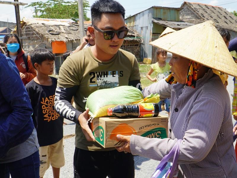 Lộc 'trâu' san sẻ yêu thương với người nghèo nơi biên giới - ảnh 1