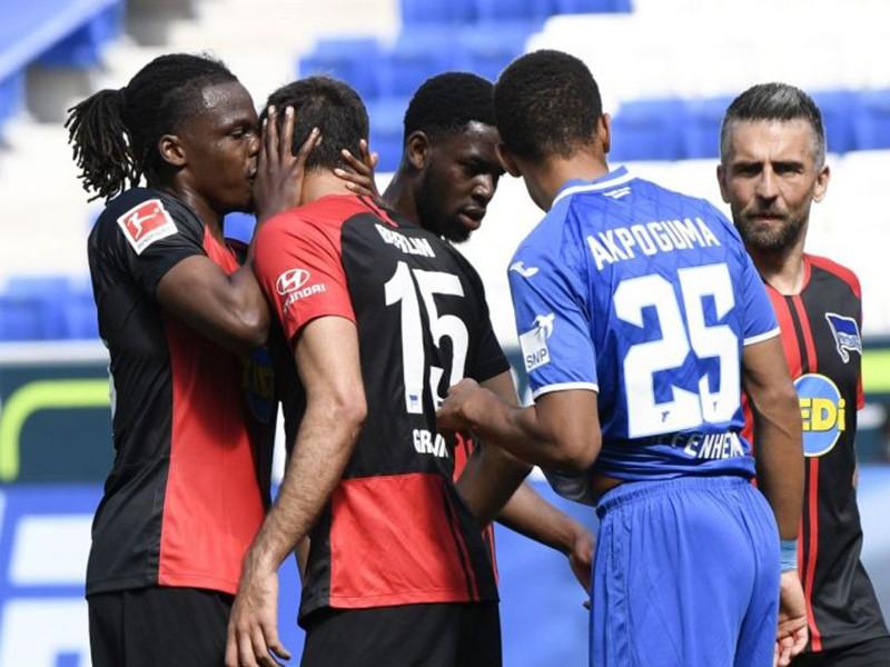 Bundesliga trở lại với 'nụ hôn phạm luật' - ảnh 1