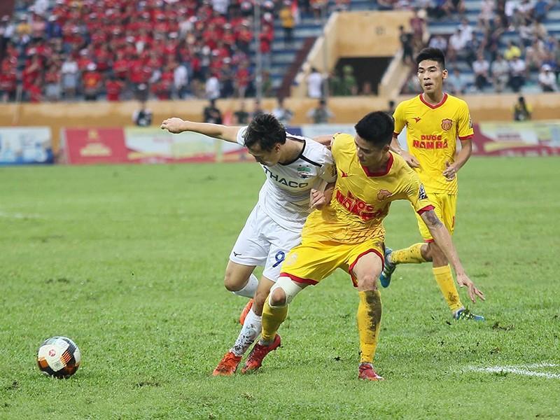 Bóng đá Việt Nam trở lại bằng trận cầu đôi công - ảnh 1