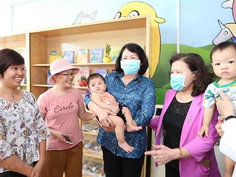 Phó Chủ tịch nước thăm và tặng quà bệnh nhi ung thư - ảnh 1