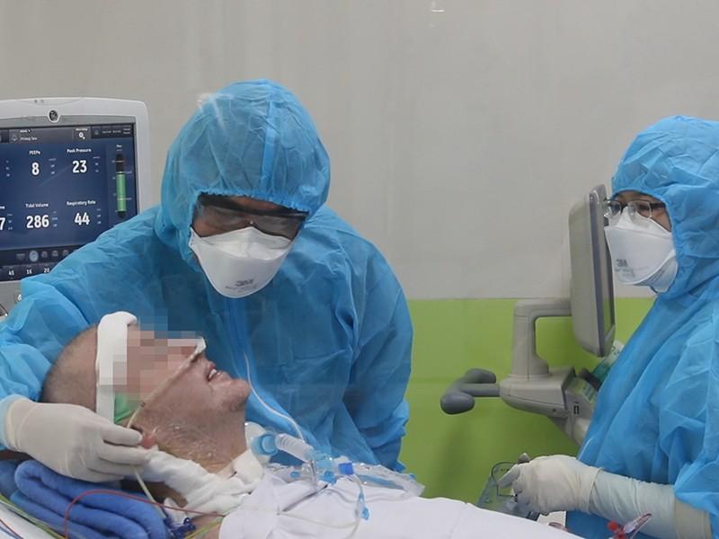 Bệnh nhân người Anh đã mỉm cười, bắt tay bác sĩ - ảnh 1