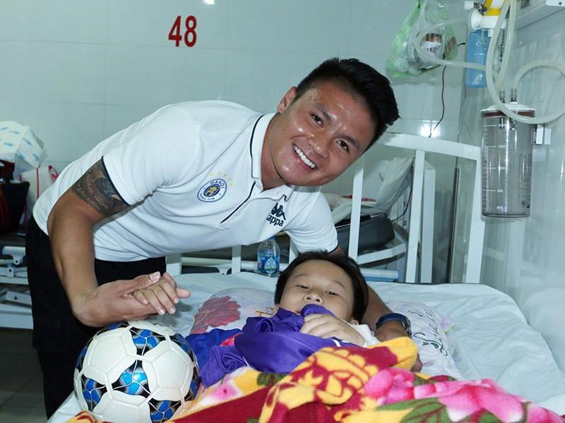Cầu thủ Việt và tấm lòng với cộng đồng - ảnh 1