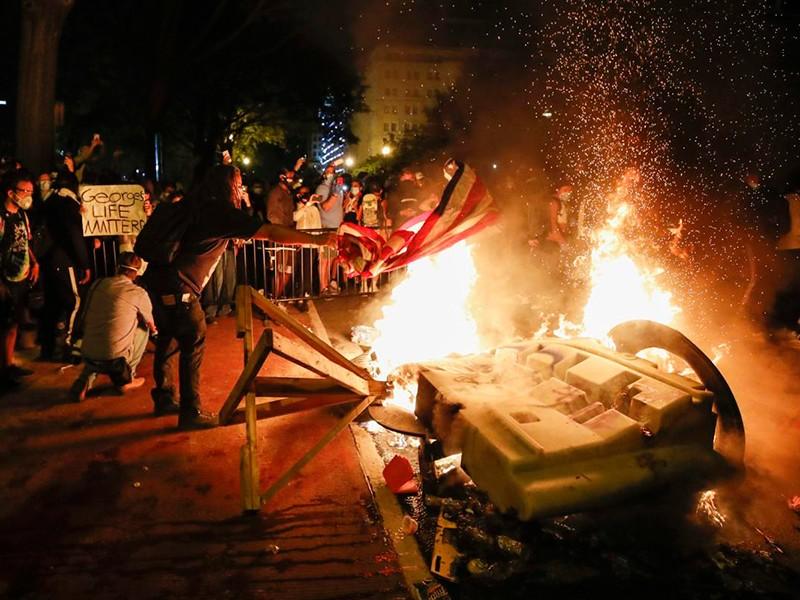 Xung đột sắc tộc: Mỹ chìm trong vòng xoáy bạo lực - ảnh 1