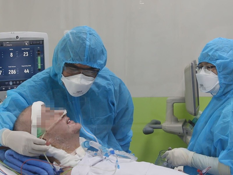 Bệnh nhân phi công người Anh tập cai thở máy - ảnh 1