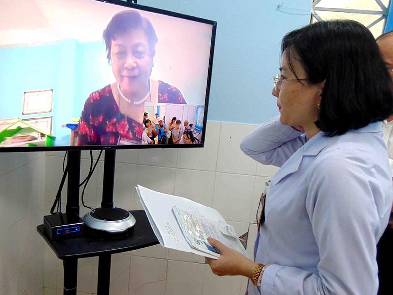 Bệnh nhân ngồi nhà được bác sĩ khám qua màn hình - ảnh 1