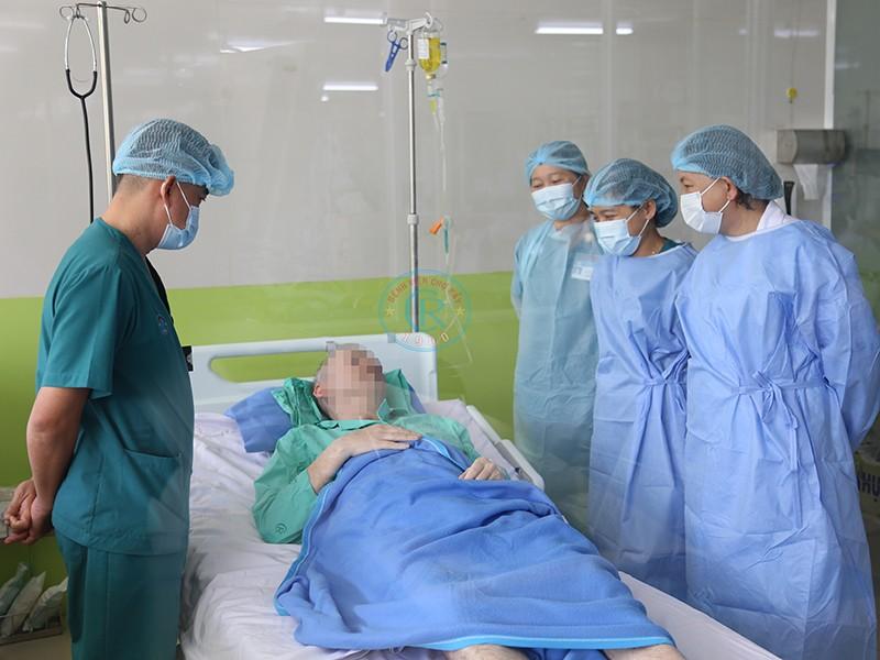 Bệnh nhân 91 hứa chở y, bác sĩ Việt Nam bay trên bầu trời - ảnh 1