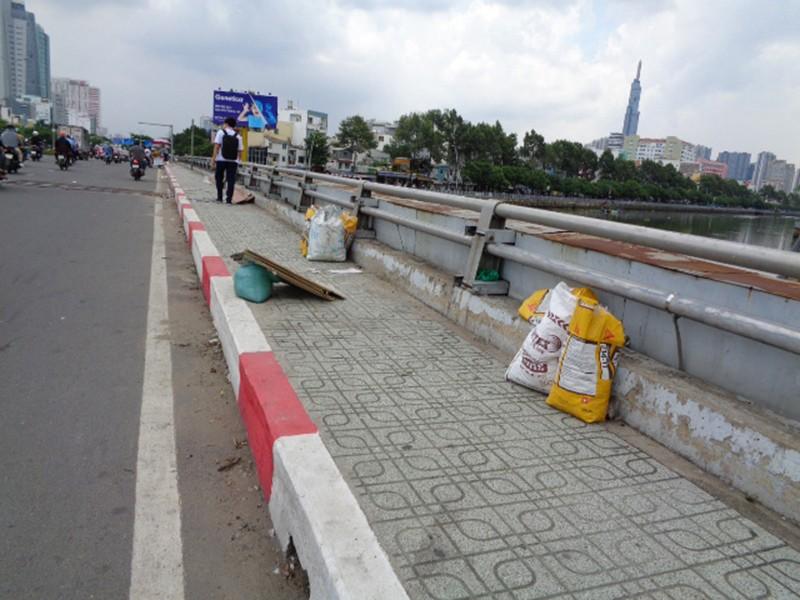 Gửi rác trên cầu - ảnh 2