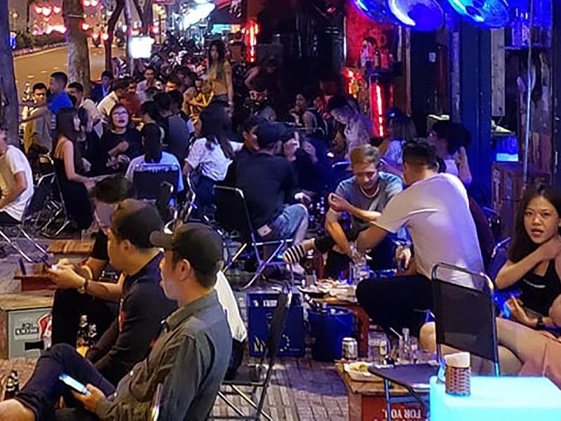 Các beer club tràn ra đường Phạm Văn Đồng - ảnh 1