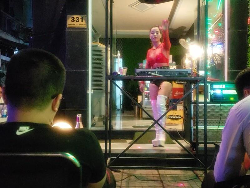 Các beer club tràn ra đường Phạm Văn Đồng - ảnh 2
