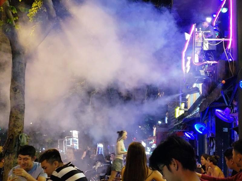Các beer club tràn ra đường Phạm Văn Đồng - ảnh 3