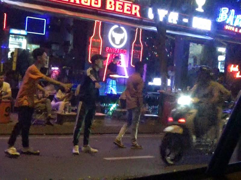 Các beer club tràn ra đường Phạm Văn Đồng - ảnh 4