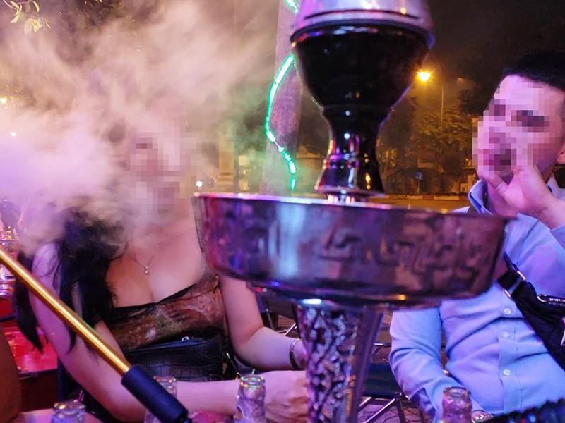 Các beer club tràn ra đường Phạm Văn Đồng - ảnh 5