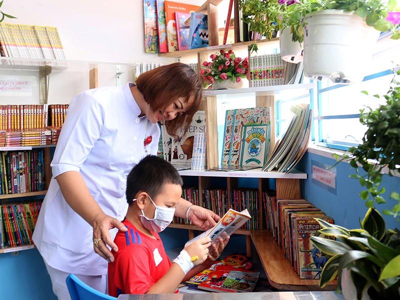 Điều dưỡng bỏ tiền túi lập góc đọc sách cho bệnh nhi - ảnh 1