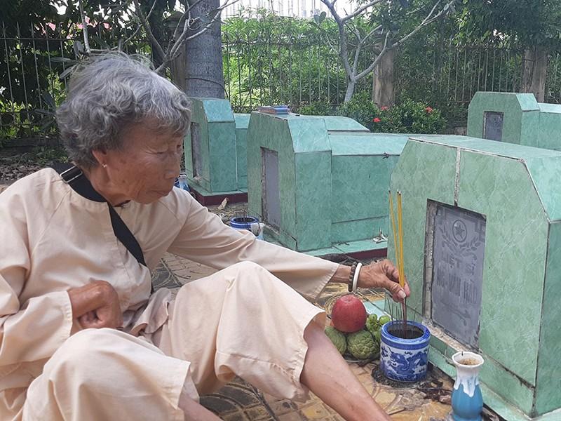 Nữ thương binh bán vé số lấy tiền trùng tu nghĩa trang - ảnh 1