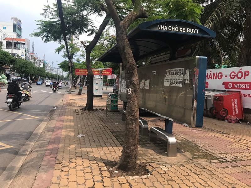 Trạm chờ xe buýt không ai dám ngồi đã được dọn sạch - ảnh 2