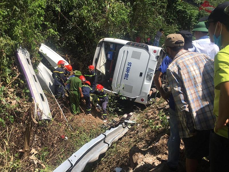 Lật xe thảm khốc ở Quảng Bình: Hàng chục người tử nạn - ảnh 1