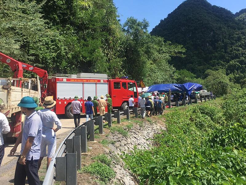 Lật xe thảm khốc ở Quảng Bình: Hàng chục người tử nạn - ảnh 2