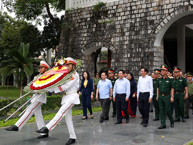 Phó thủ tướng dâng hương các anh hùng liệt sĩ tại Điện Biên - ảnh 1