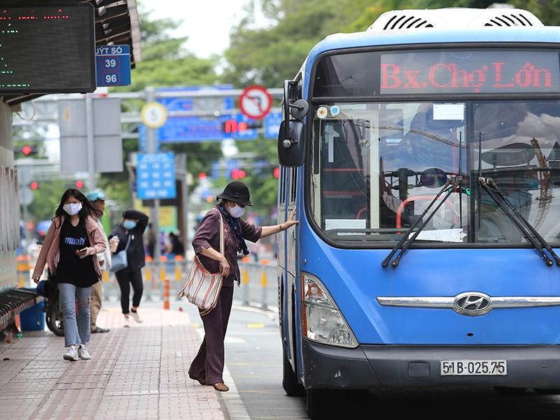 Đi xe buýt mùa dịch COVID-19, hành khách cần làm gì? - ảnh 1