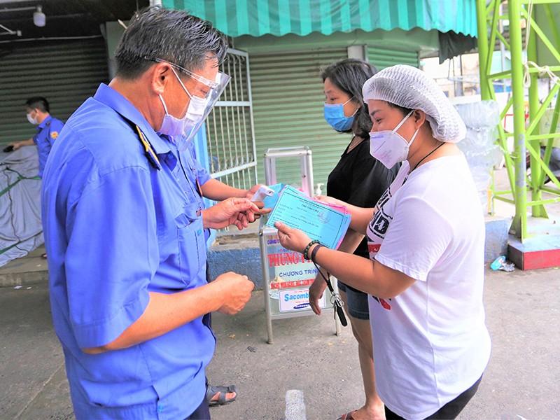 Đà Nẵng kiểm soát người đi chợ bằng phiếu vào chợ - ảnh 1