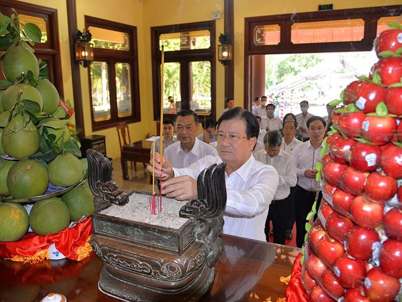 Dâng hương tưởng niệm 132 năm ngày sinh Chủ tịch Tôn Đức Thắng - ảnh 1
