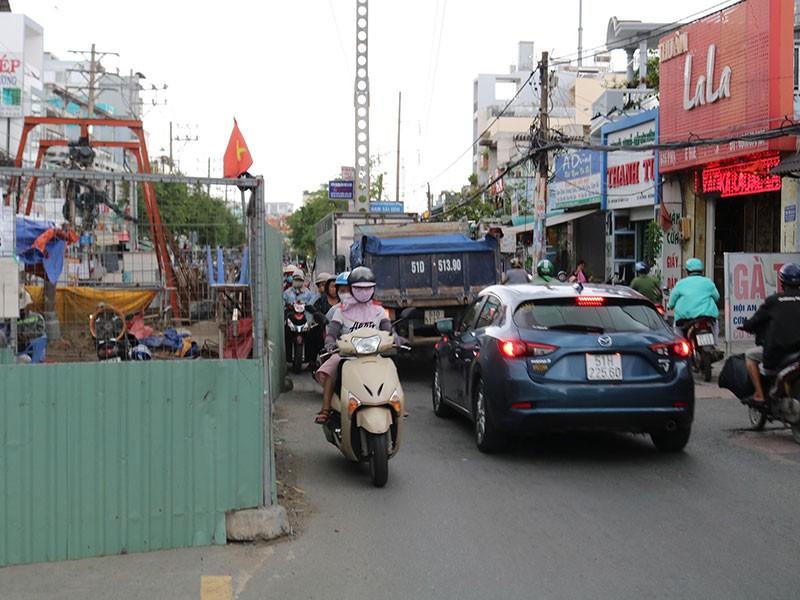 Rào chắn bủa vây nhiều tuyến đường ở TP.HCM - ảnh 1