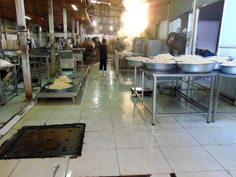 Người dân chỉ điểm cơ sở chế biến thực phẩm bẩn - ảnh 1