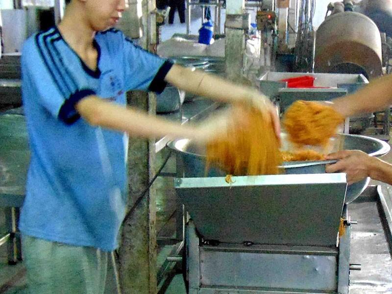 Người dân chỉ điểm cơ sở chế biến thực phẩm bẩn - ảnh 2
