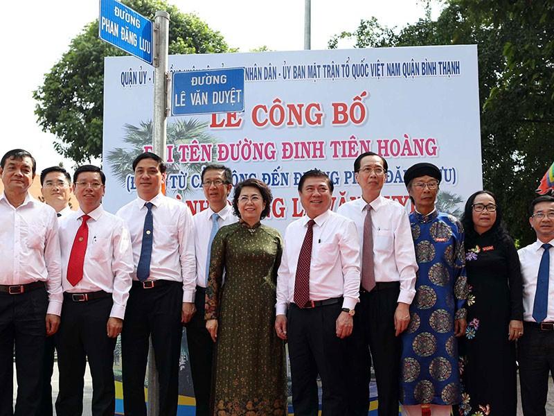 Hỗ trợ đổi giấy tờ cho người dân ở đường Lê Văn Duyệt - ảnh 1