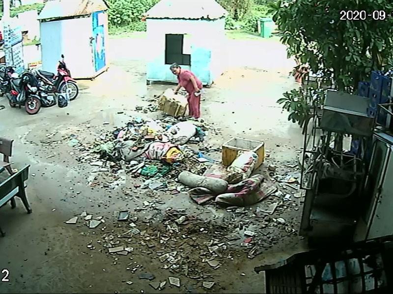 Đổ rác trước nhà hàng xóm để giữ đất đậu ô tô - ảnh 2