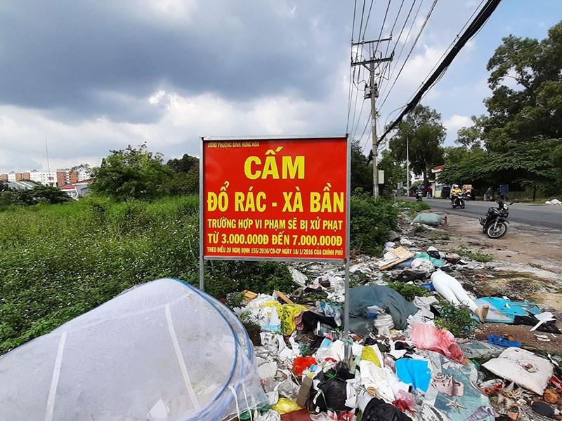 Điểm 'Cấm đổ rác' thành bãi rác - ảnh 1