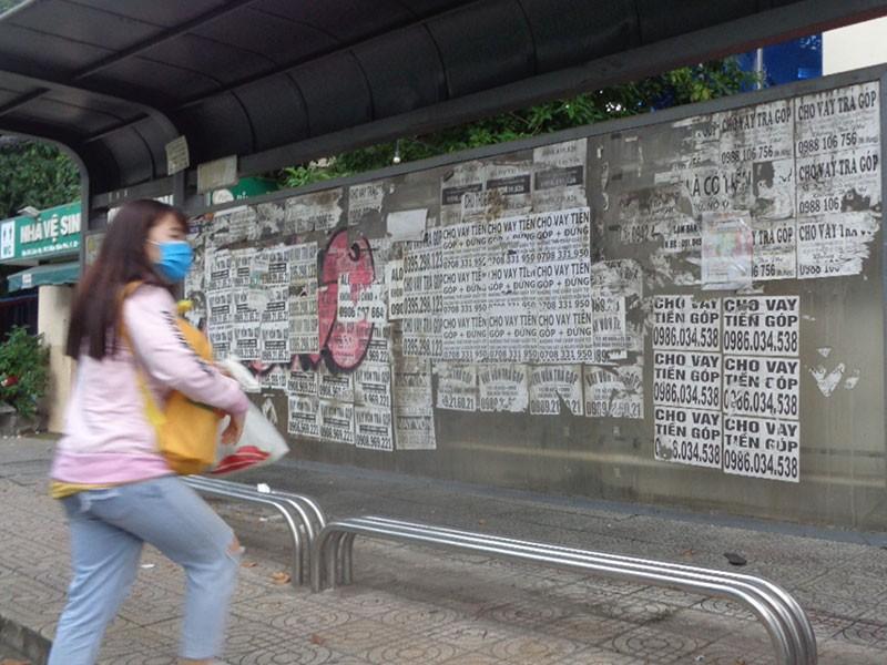 Nhà chờ xe buýt dày đặc quảng cáo cho vay tiền - ảnh 1