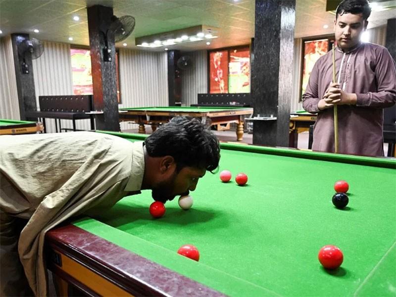 Người không tay trở thành cao thủ billiards - ảnh 1