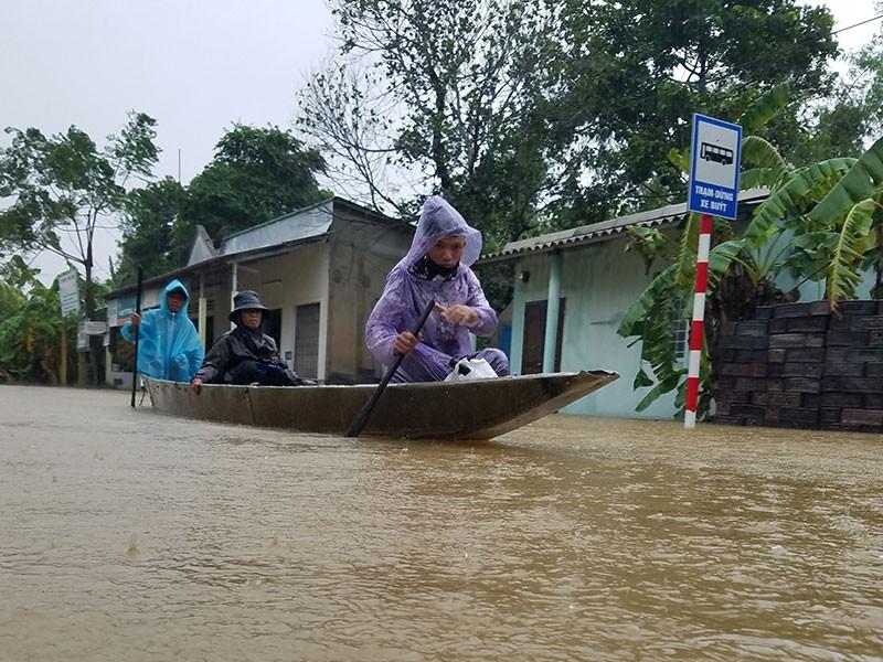 Miền Trung sơ tán gần 11.000 người ra khỏi vùng ngập lụt - ảnh 1