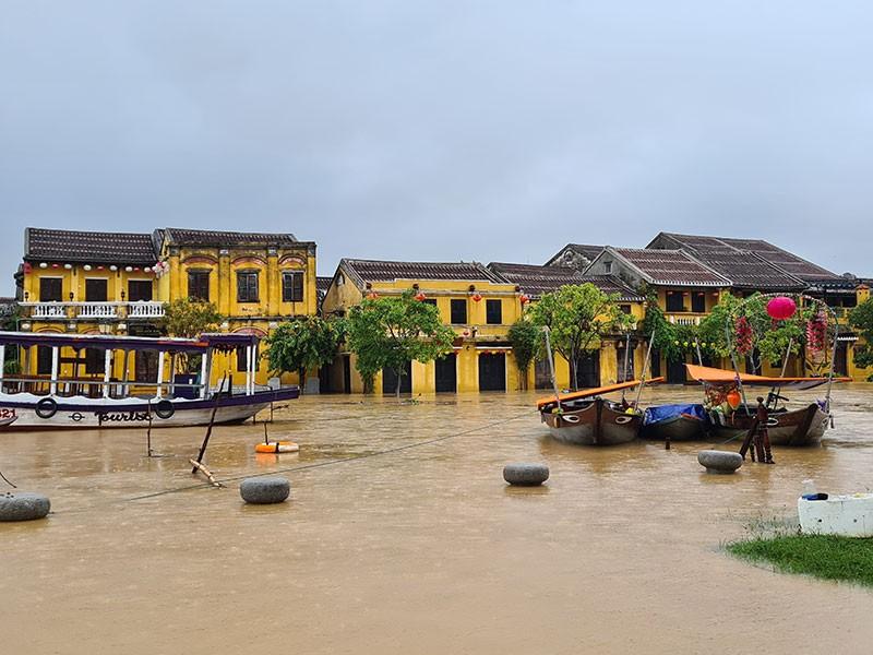 Miền Trung sơ tán gần 11.000 người ra khỏi vùng ngập lụt - ảnh 2