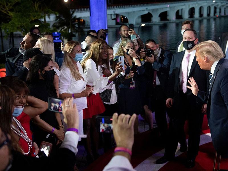 Không tranh luận, 2 ông Trump - Biden 'họp kiểu làng xã' - ảnh 1