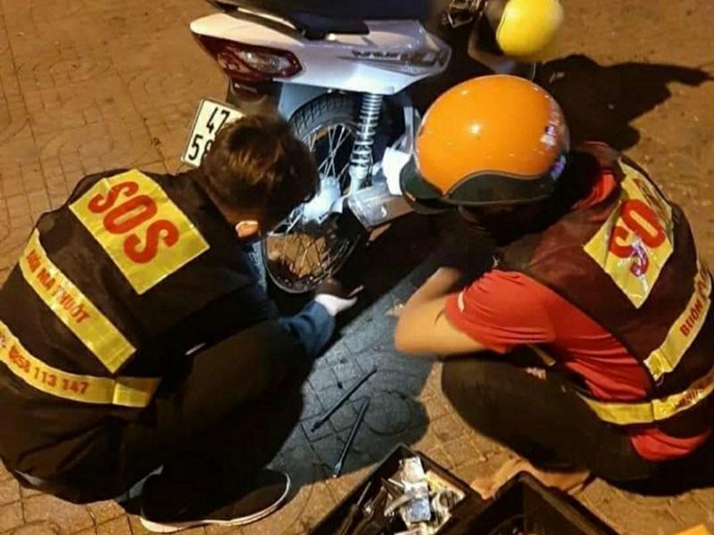 Những 'hiệp sĩ' xuyên đêm cứu hộ miễn phí - ảnh 1