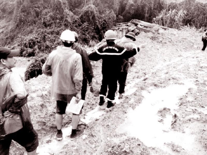 Phá đá mở đường lên Rào Trăng - ảnh 1