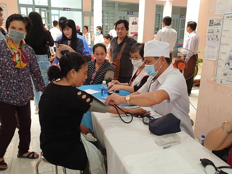 Tặng 500 thẻ bảo hiểm y tế cho hộ cận nghèo - ảnh 1