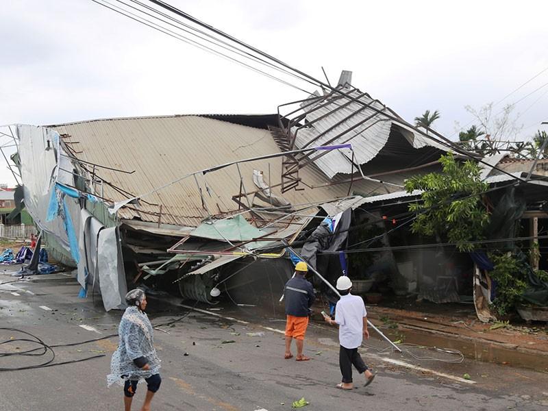 Quảng Nam, Quảng Ngãi tan hoang sau bão số 9 - ảnh 1