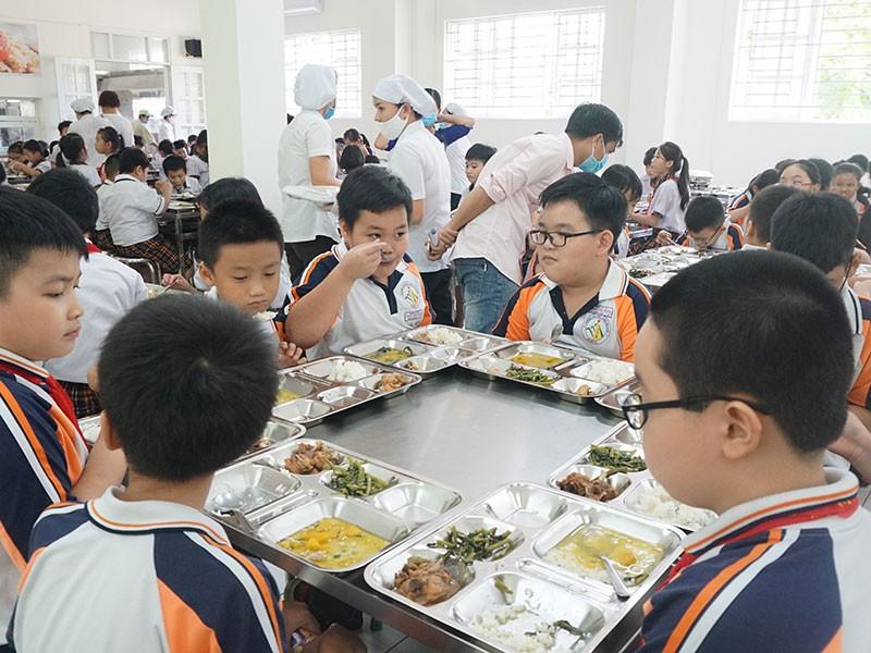Vụ bữa ăn bán trú: Hiệu trưởng hứa công khai suất ăn - ảnh 1