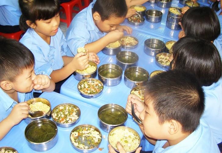 Lo ngại ngộ độc thực phẩm trong trường học - ảnh 1