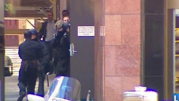 Cận cảnh: 5 con tin chạy thoát khỏi vụ bắt cóc tại Sydney - ảnh 3