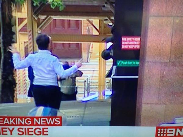 Cận cảnh: 5 con tin chạy thoát khỏi vụ bắt cóc tại Sydney - ảnh 5