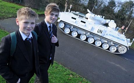 Lái xe tăng 17 tấn đưa con tới trường - ảnh 2